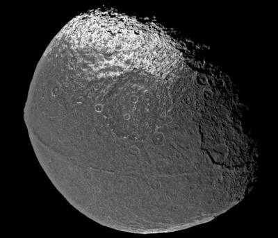 Горный хребет, который, простираясь по экватору Япета, придает ему вид гигантского грецкого ореха. Изображение было получено космическим аппаратом «Кассини». Фото NASA/JPL/SSI