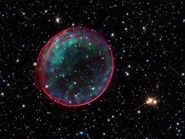 """Расширяющейся оболочка сверхновой SNR 0509-67.5 В видимом диапазоне данные космического телескопа """"Хаббл"""", в рентгеновском обсерватории """"Чандра"""". Фото NASA, ESA, CXC, SAO, the Hubble Heritage Team (STScI/AURA), and J. Hughes (Rutgers University)"""