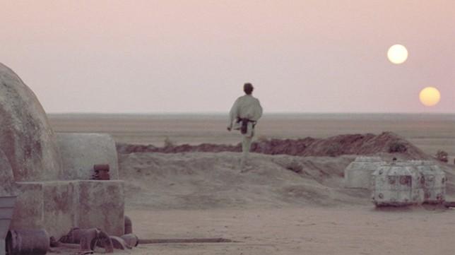 """Вот таким может быть закат и на Земле. Двойная система звезд планеты Татуин. Кадр из фильма Д.Лукаса """"Звездные войны""""."""