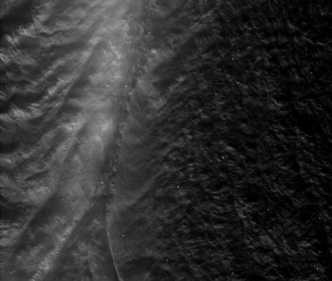 Снимок одной из «тигровых полос» на Энцеладе. Фото NASA/Space Science Science Institute