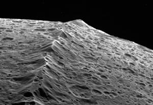 Горный хребет на Япете крупным планом. Снимок сделан В 2007 году космическим аппаратом «Кассини», который пролетел всего в несколько тысяч километров от поверхности спутника. Фото NASA/JPL/SSI