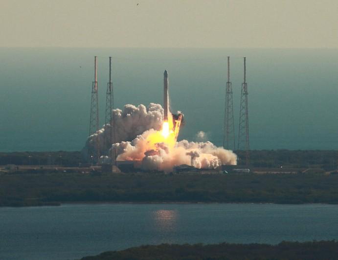 Запуск ракетоносителя Falcon 9 с аппаратом Dragon. Фото Alan Walters (awaltersphoto.com) for Universe Today