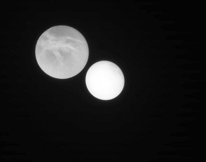 Энцелад и Диона. Фото NASA/JPL/Space Science Institute