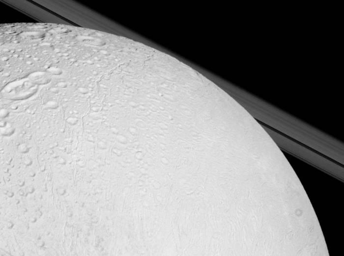 Энцелад крупным планом. Фото NASA/JPL/Space Science Institute