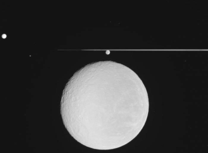 Групповой снимок спутников Сатурна.
