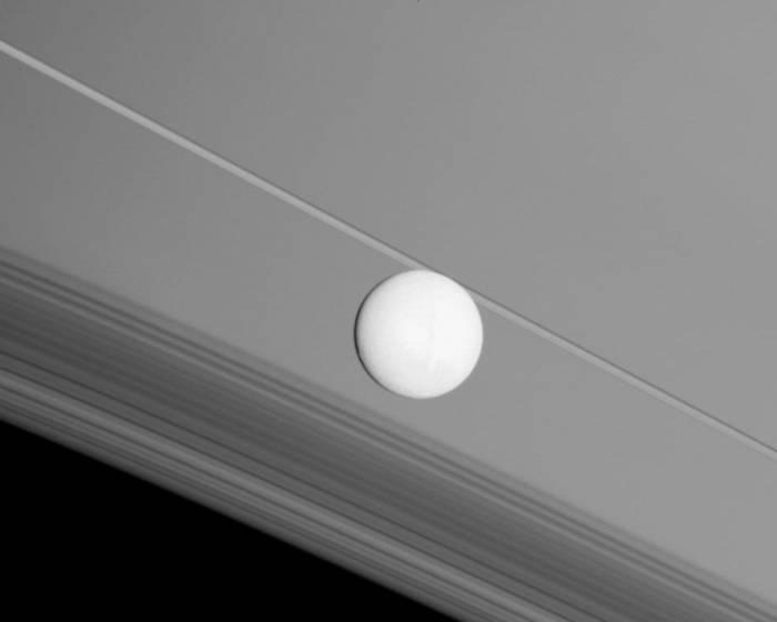 Энцелад на фоне колец Сатурна. Фото NASA/JPL/Space Science Institute