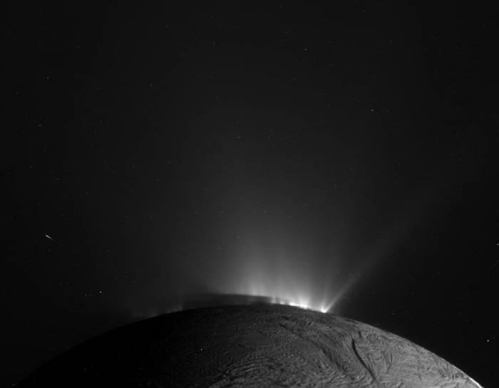 Хороший взгляд на гейзеры Энцелада. Фото NASA/JPL/Space Science Institute
