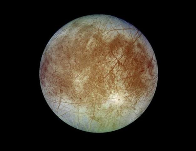 Спутник Юпитера Европа. По многим характеристикам напоминает планету-отшельника. Как считают ученые под ледяным панцирем Европы находится океан воды. Фото NASA/JPL