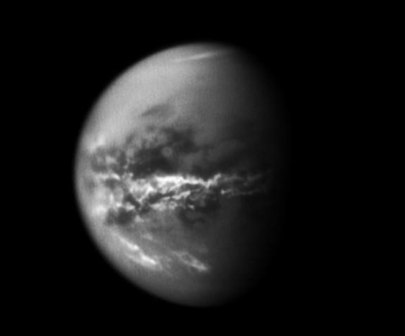 Облака в экваториальных широтах Титана, зафиксированные «Кассини» 18 октября 2010 года. Фото: NASA / JPL / Space Science Institute