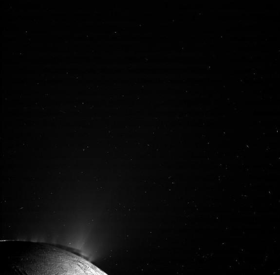 Гейзеры Энцелада. Фото NASA/JPL/SSI