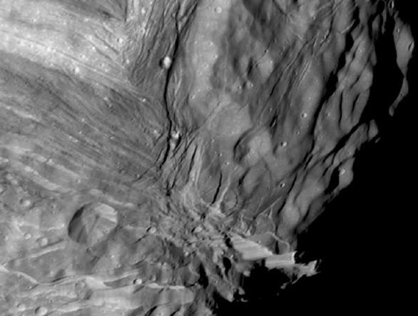 Поверхность Миранды. Она оказалась совсем не такой, какой ее ожидали увидеть ученые. Снимок сделан 24 января 1986 года. Фото NASA / JPL