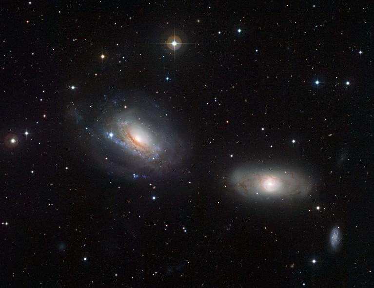 Галактики NGC 3169 (слева) и NGC 3166. Фото ESO