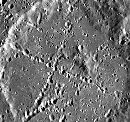 «Копать здесь» Две перпендикулярные линии длиной около 100 километров каждая пересекают безымянный кратер на Меркурии. Фото NASA/Johns Hopkins University Applied Physics Laboratory/Carnegie Institution of Washington