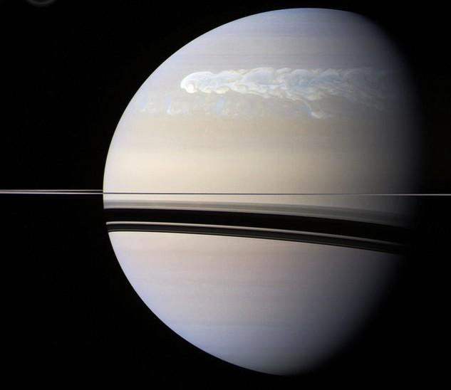 Этот снимок сделан «Кассини» 25 февраля 2011 года. Шторм заметно увеличился. Фото NASA / JPL / Space Science Institute. Edited by J. Major