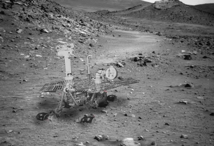 Скорее всего, марсоход Spirit выглядит сейчас так, застряв в песках кратера Гусева. Иллюстрация NASA, image editing by Stu Atkinson