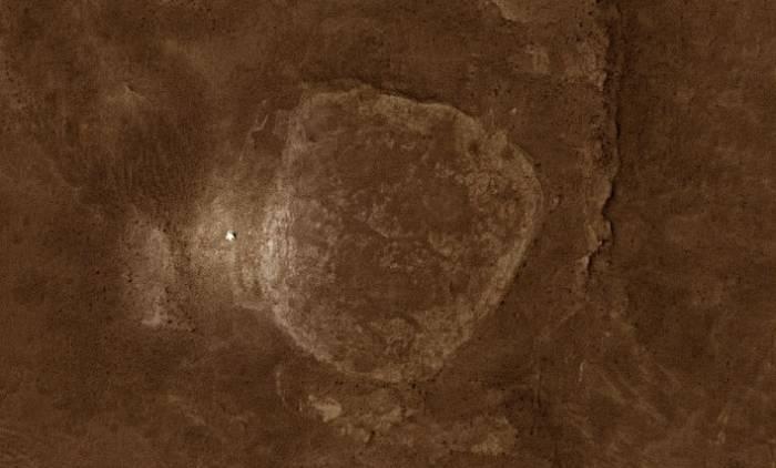 Так Spirit выглядит с орбиты Марса. Съемка осуществлена камерой высокого разрешения HiRISE, установленной на Mars Reconnaissance Orbiter. Фото NASA, image enhanced by Stu Atkinson.
