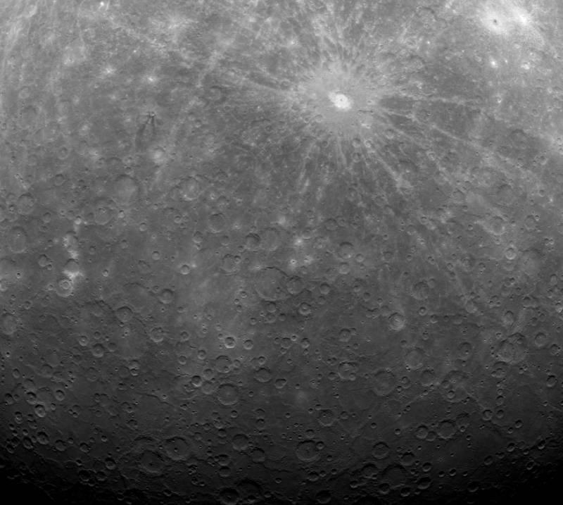 Район южного полюса Меркурия. Первый снимок планеты от «Мессенджера». Фото NASA/Johns Hopkins University Applied Physics Laboratory/Carnegie Institution of Washington.