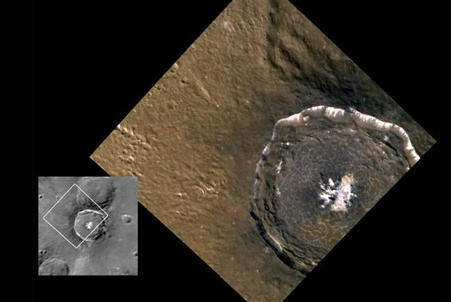 Изображения 45-километрового кратера Дега, полученные аппаратами «Маринер-10» (слева) и «Мессенджер» (справа). Фото NASA/Johns Hopkins University Applied Physics Laboratory/Carnegie Institution of Washington
