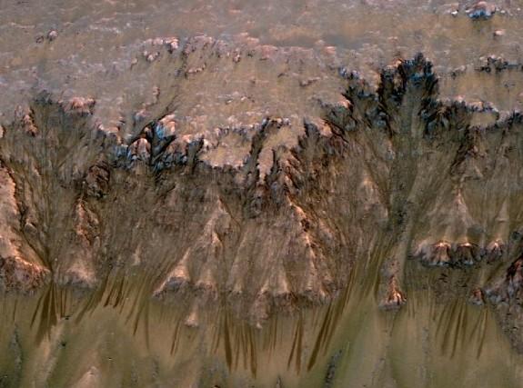 Объединенной изображение снимков, выполненных MRO с 3-D моделированием показывает потоки, которые появляются весной и летом на склонах внутри кратера Ньютона на Марсе. Иллюстрация NASA/JPL-Caltech/Univ. of Arizona