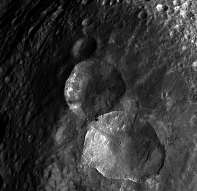 Снимок северного полушария Весты на котором находятся три кратера, которые уже получили неофициальное название «снеговик». Фото NASA / JPL-Caltech / UCLA / MPS / DLR / IDA