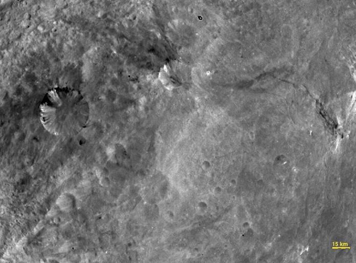 Южная экваториальная часть астероида Весты. Фото NASA / JPL-Caltech / UCLA / MPS / DLR / IDA