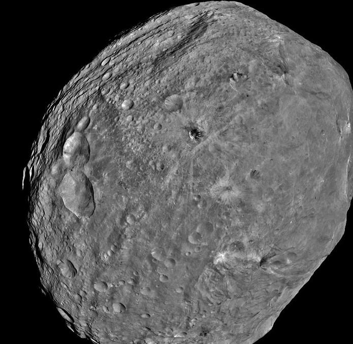 Астероид Веста. Снимок выполнен 24 июля 2011 года. Фото NASA / JPL-Caltech / UCLA / MPS / DLR / IDA
