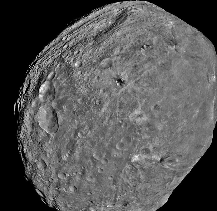 Астероид Веста. Фото NASA / JPL-Caltech / UCLA / MPS / DLR / IDA