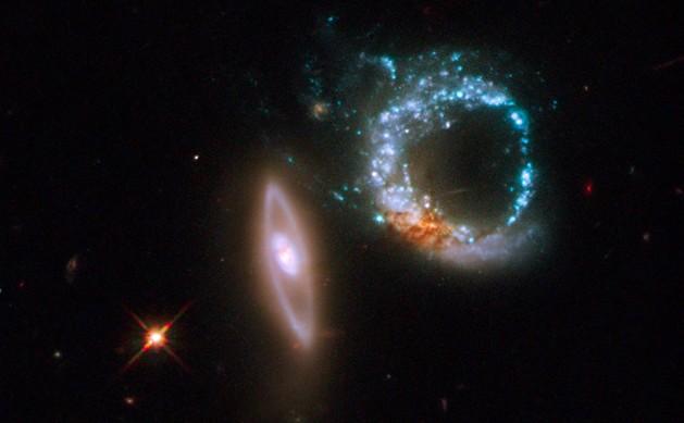 Пара взаимодействующих галактик Arp 147. Фото NASA/ESA, M. Livio (STScI)