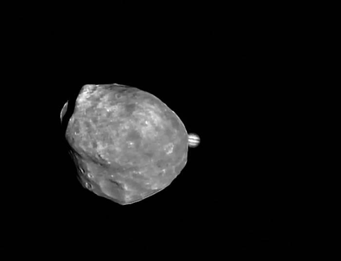 Фобос и Юпитер. Изображение повернуто на 90°. Фото ESA/DLR/FU Berlin (G. Neukum)