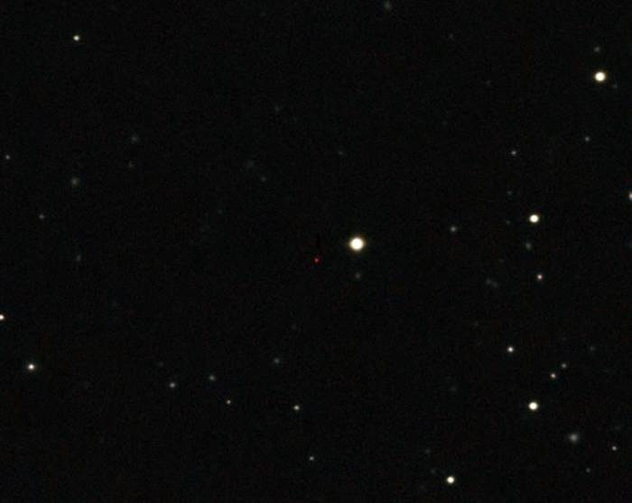 Красная точка в центре изображения - квазар ULAS J1120. Фото ESO/UKIDSS/SDSS