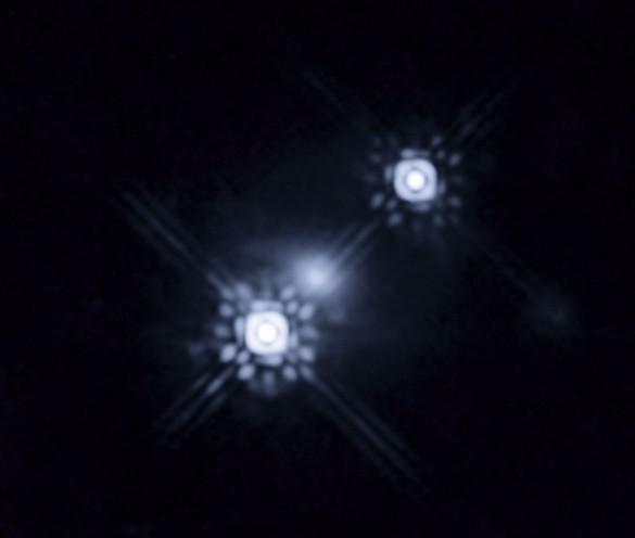Квазар HE 1104-1805. Хотя на снимке видно два объекта, на самом деле это один объект, видимый через «призму» гравитационной линзы. Фото NASA/ESA