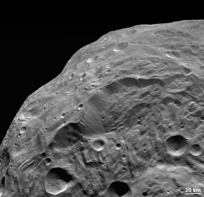 Поверхность астероида Веста. Фото NASA/ JPL-Caltech/ UCLA/ MPS/ DLR/ IDA