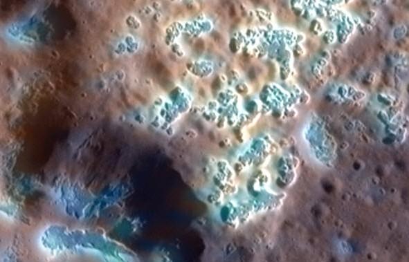 Следы гейзеров. Фото Messenger/NASA