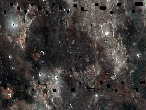 Фрагмент мозаики между Морем Ясности и Морем Спокойствия. Относительно голубой оттенок Моря Спокойствия обусловлен повышением содержания в нем ильменита. Фото NASA/GSFC/Arizona State University