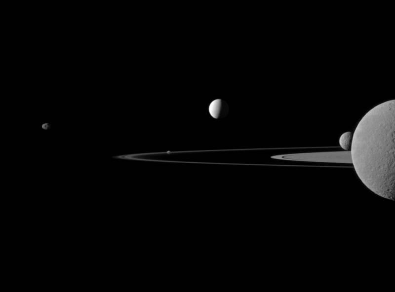 Квинтет спутников Сатурна (слева направо) Янус, Пандора, Энцелад, Мимас и Рея. Фото NASA/JPL-Caltech/Space Science Institute