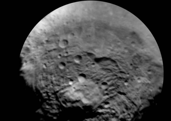 Пока безымянная гора на южном полюсе Весты. Фото NASA/JPL-Caltech/UCLA/MPS/DLR/IDA