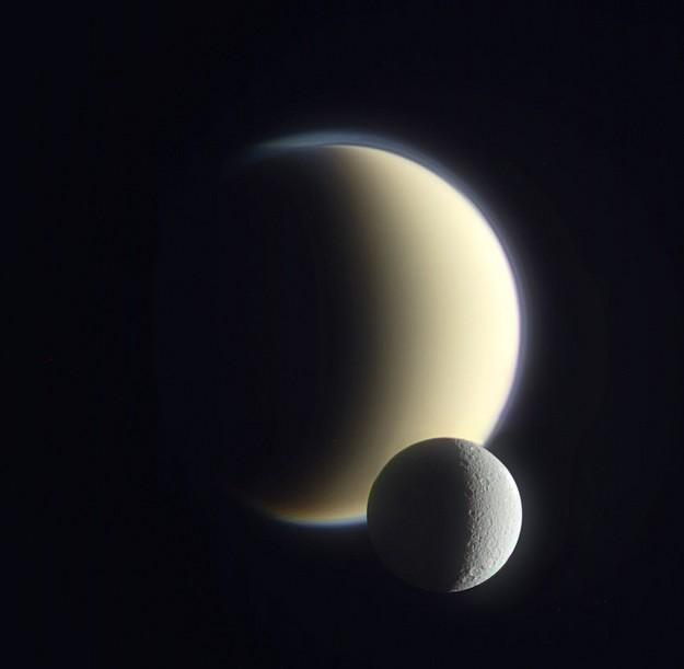 Цветное изображение Титана и Дионы выполненное «Кассини» 10 декабря 2011 года. Фото NASA/JPL/SSI and J. Major