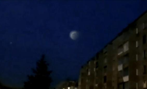 Над городом были замечены светящиеся сферы, которые летели быстро и параллельно местности