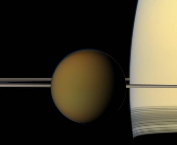 Титан на фоне Сатурна и его колец.