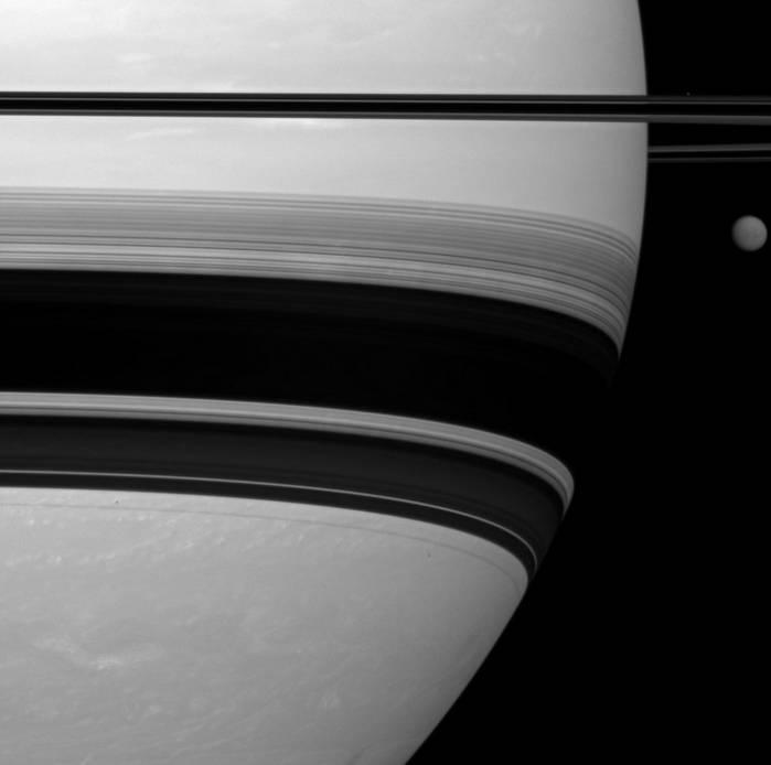 Сатурн, Титан и Прометей. Фото NASA/JPL/SSI