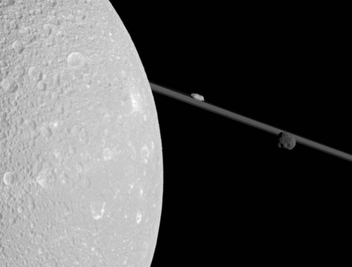 Диона занимает левую часть изображения. над кольцами Сатурна находится Прометей, справа от него расположен Эпиметей. Фото NASA / JPL / Space Science Institute