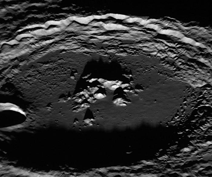 Кратер Амарал. Фото NASA/Johns Hopkins University Applied Physics Laboratory/Carnegie Institution of Washington