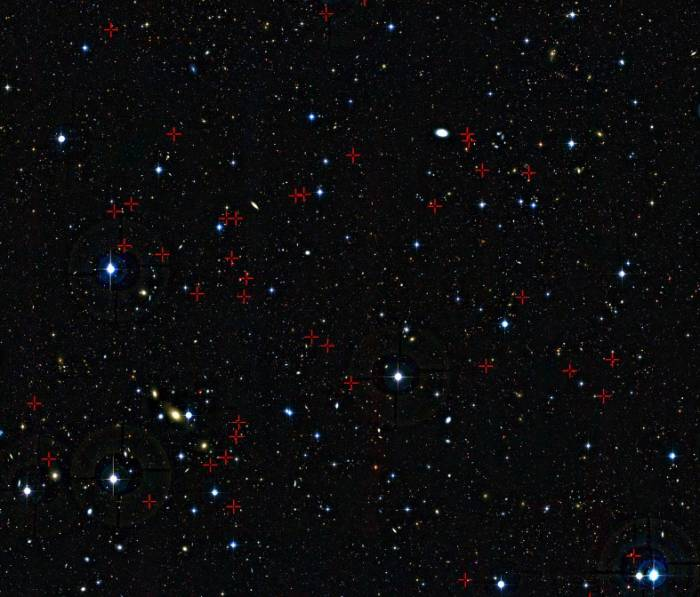 Участок неба в созвездии Кита. Крестиками помечены молодые галактики, послужившие объектами исследования. Фото ESO/CFHT