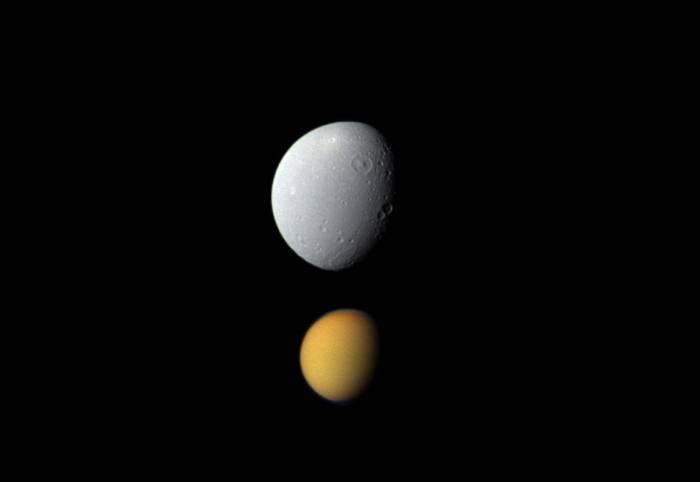 Еще раз Титан и Диона. Ввиду того, что в момент съемки Диона находилась к «Кассини» намного ближе, чем Титан, она кажется намного больше его, хотя это далеко не так. Фото NASA/JPL-Caltech/Space Science Institute