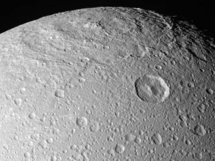 Поверхность Дионы. Фото NASA / JPL / Space Science Institute