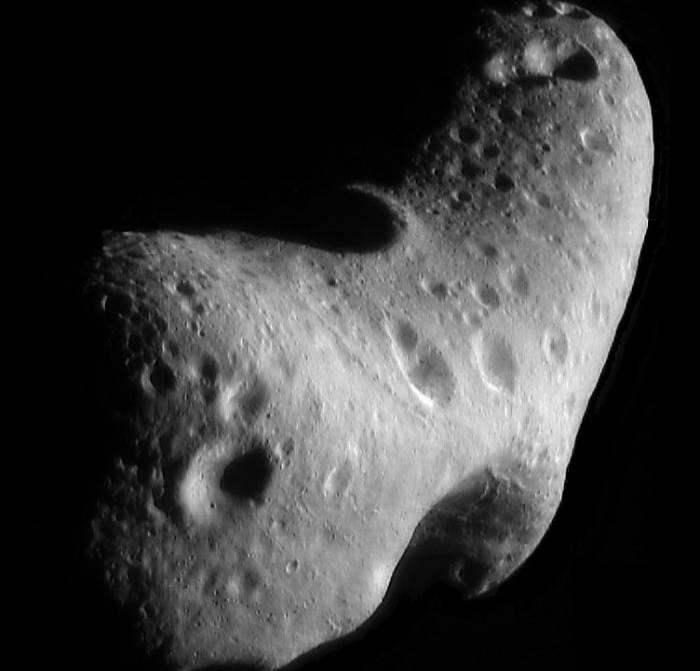 Во вторник, 31 января 2012 года, астероид Эрос (433 Eros) подойдет к Земле на минимальное расстояние, равное 26,7 миллионов километров (0,15 а.е), что позволит увидеть его даже в самые скромные домашние телескопы. Астероид Эрос. Фото NASA/JPL/JHUAPL