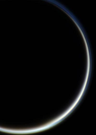 Атмосфера Титана в лучах Солнца. Съемка произведена 13 декабря 2011 года. Фото NASA / JPL / Space Science Institute. Edited by J. Major.