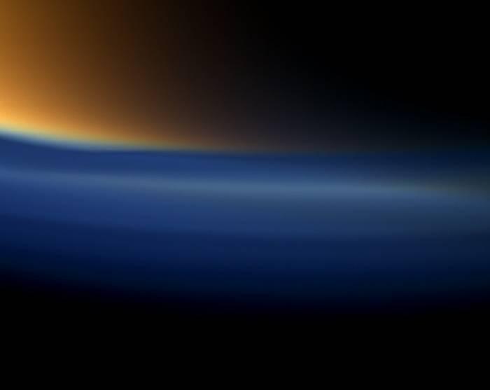 Южная полярная область Титана. Благодаря особым условиям съемки прекрасно видна атмосфера Титана. Фото NASA/JPL-Caltech/Space Science Institute