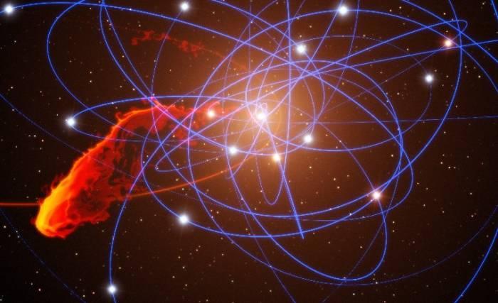 Иллюстрация показывает приближающее к черной дыре облако газа. Иллюстрация ESO/MPE/Marc Schartmann