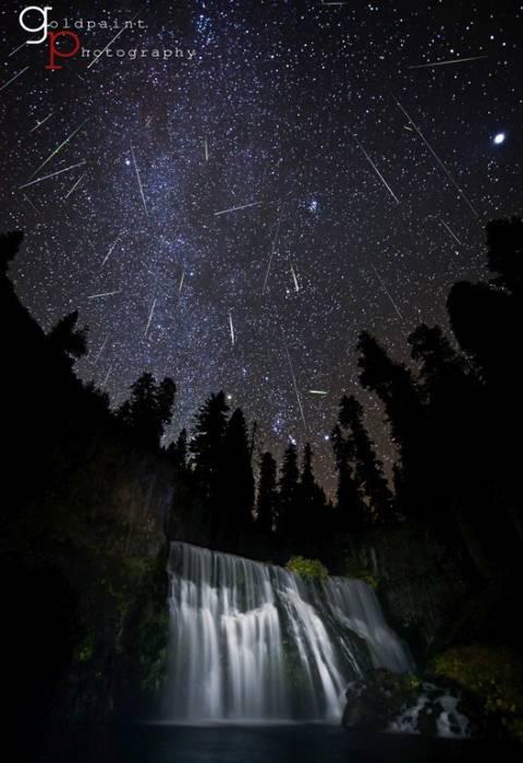 Составное изображение показывает метеорный поток Орионид в 2011 году возле горы Шаст, Калифорнии, США.